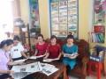 Hình ảnh giáo viên Trường mầm non Quảng Văn  tìm hiểu kiến thức chuyên môn và pháp luật  qua sách,  báo.